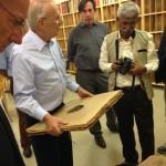 """Sunny Mathew, Direktor des Museums """"Machines and Discs"""" in Kerala, Indien mit heimischen Sammlern"""